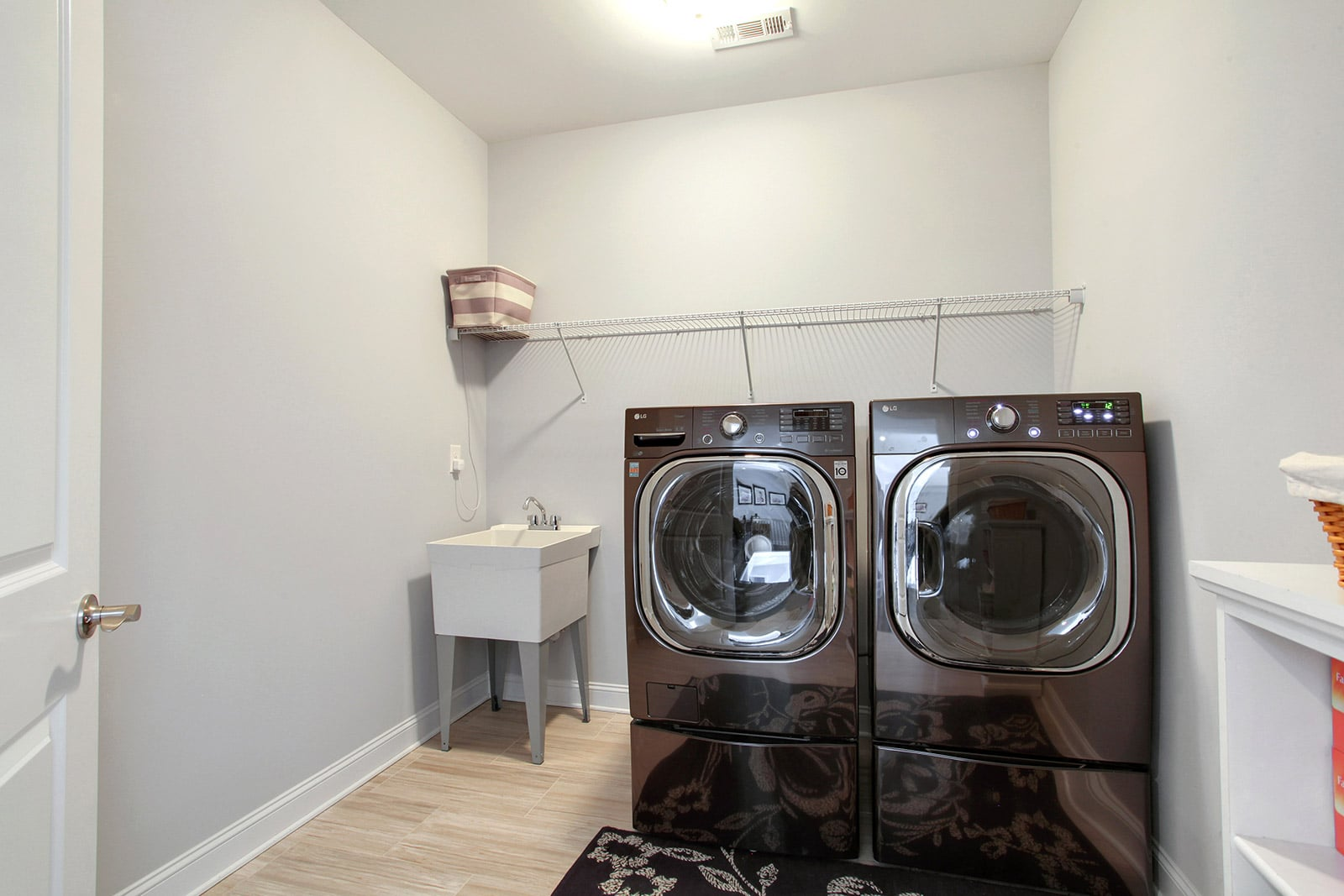 custom home mudroom with laundry machines